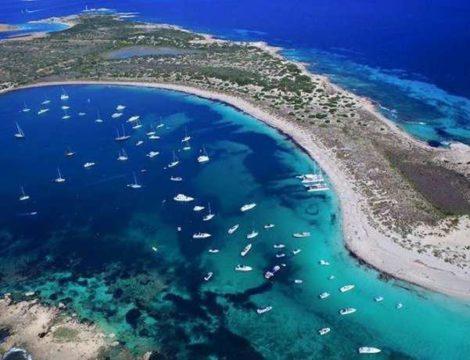 Lascia che ti portiamo a Espalmador a Formentera su un megayacht