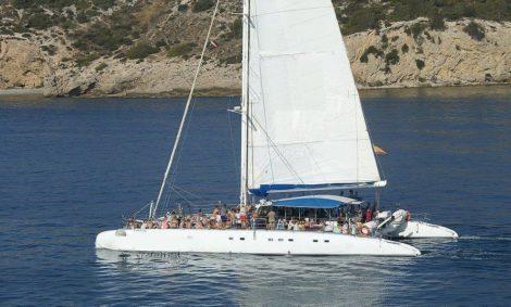 Noleggia un catamarano a Ibiza per 100 persone