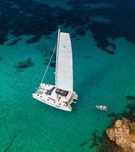 Vista del drone del catamarano Lagoon 52 mega che naviga al largo della costa dell isola di Ibiza