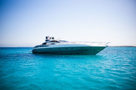 Vista laterale di Sunseeker Predator 75 di questo yacht a motore