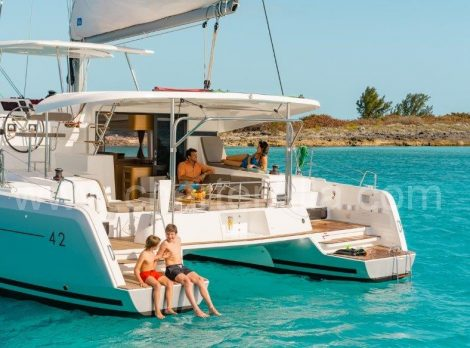 Lagoon 42 verankerd in de Middellandse Zee huren boot in Ibiza