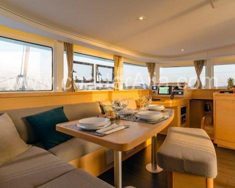 Salon aan boord van jacht in Ibiza en Formentera Lagoon 42