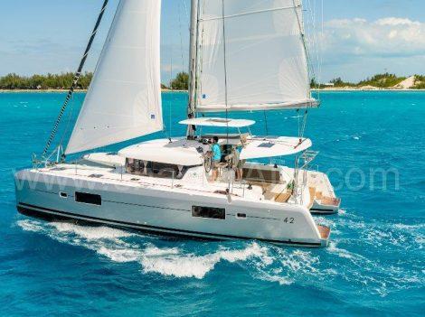 Zijaanzicht van Lagoon 42 bootverhuur in Ibiza voor de dag en de week lange reizen