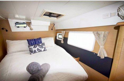 Grote stern slaapkamer aan boord van de lagoon 420 verhuur catamaran in Ibiza