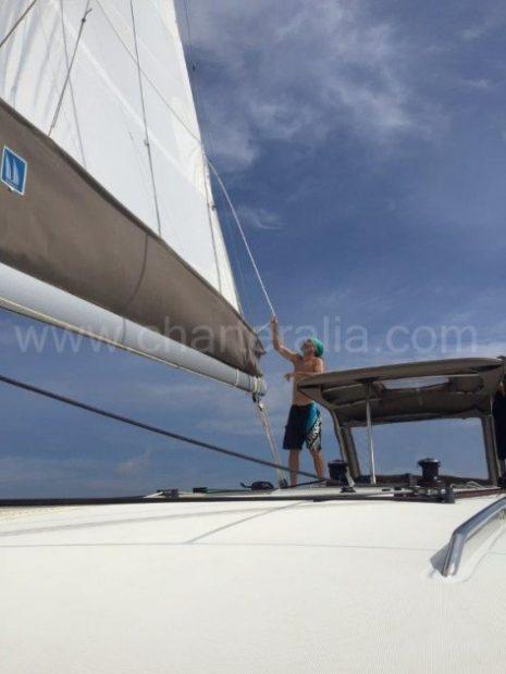Hoofdzeil van de catamaran Lagoon 400 die wordt verhuurd voor scheepsexcursie op Ibiza
