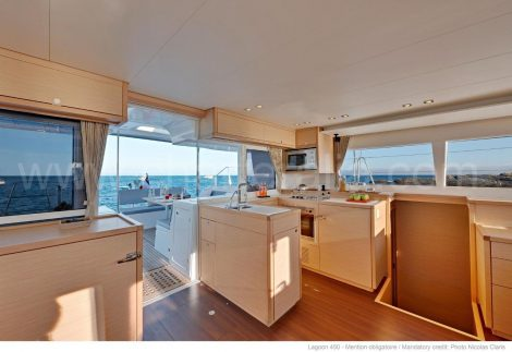 Lagoon 450 lounge en galerij te huur op de Balearen
