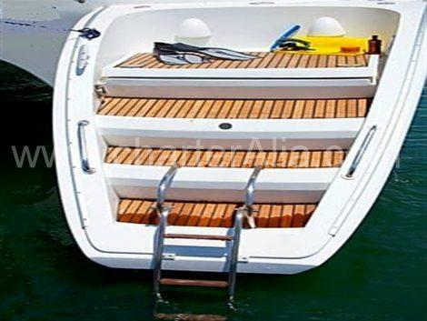 Lagoon 470 catamaranboot charter in Eivissa met comfortabel opstapplatform en zwemtrap