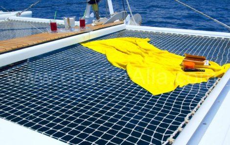 Nylon netten op catamaran Lagune 470 jachtverhuur met kapitein op Ibiza