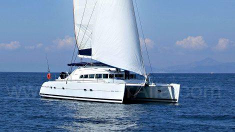 Zijdelings uitzicht op de lagoon 470 catamaran beschikbaar voor verhuur op de Balearen