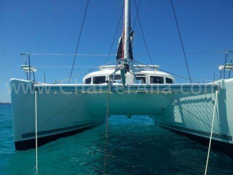 Boog van de catamaran Lagoon 380 2018 terwijl verankerd in Mallorca