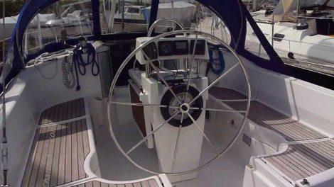 Buitenkant cockpit van Oceanis 351 in Formentera