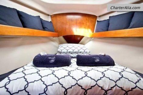 Cabin op boeg van Oceanis 351 zeilboot te huur op Ibiza en Formentera