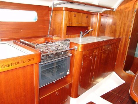 Complete keuken aan boord van de Oceanis 351 zeilboot op Ibiza en Formentera