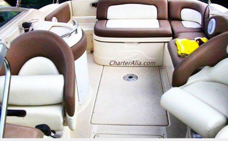 De buitenkant van de cockpit met leren stoelen aan boord van de speedboot Sea Ray 270