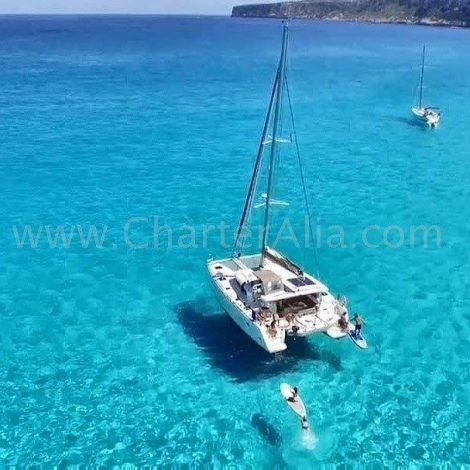Drone shot van de lagoon 380 2018 catamaran in Es Calo in Formentera