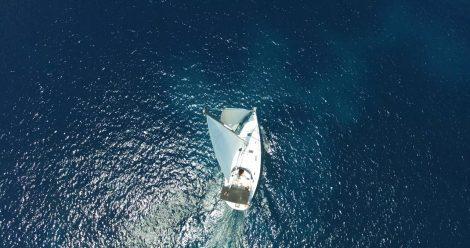 Hommelfoto van varende boot in Formentera