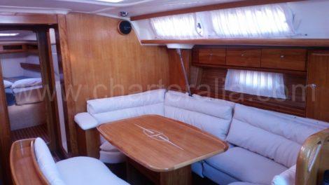 Interieur lounge van de zeilboot te huur in Ibiza Bavaria 46