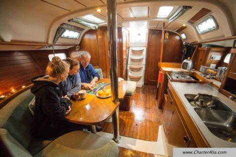 Interieur van zeilboot Oceanis 351 op Ibiza en Formentera
