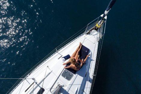 Luchtfoto van Oceanis Beneteau 351 in Ibiza