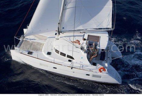 Luchtfoto van catamaran Lagoon 380 2018 op volle zeil