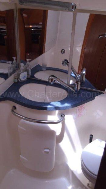 Wastafel in een van de badkamers van de charterboot Bavaria 46 op Ibiza