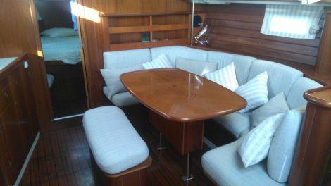 Woonkamer Oceanis 383 op Ibiza