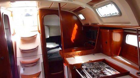 Zeilboot Oceanis 351 interieur op Ibiza en Formentera