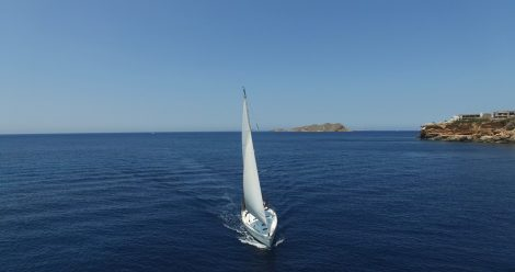Zeilboot op volle zeilen in Ibiza