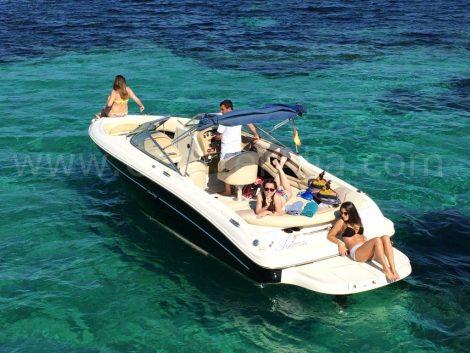 Zonnen aan boord van de 230 Sea-Ray speedboot voor verhuur Ibiza met kapitein