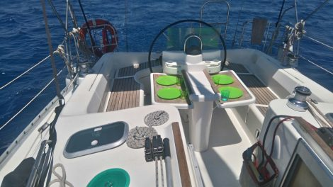 cockpit zeiljacht jacht charter beneteau 383 op Ibiza