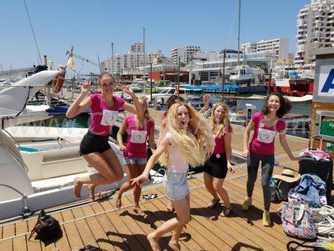Aankomst van de bruid en haar bruidsmeisjes voor haar vrijgezellenfeest Ibiza