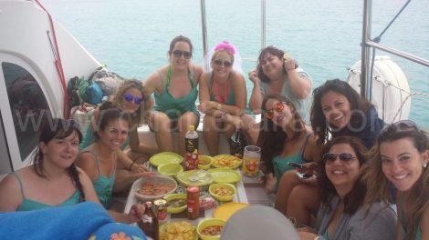 Eet aan boord van vrijgezellenfeest meisje in Formentera