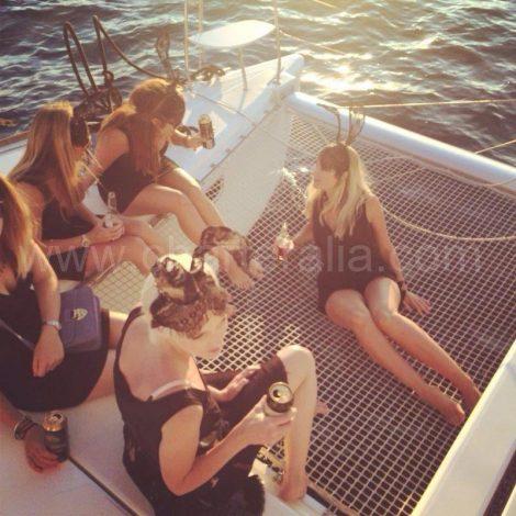 Op de trampolines van de catamaranmeisjes van het vrijgezellenfeestmeisje