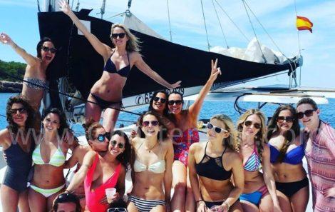 Vrijgezellen feest meisje in catamaran Lagoon 380 te huur in Ibiza en Formentera