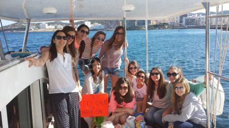 Vrijgezellenfeest met bord op Ibiza