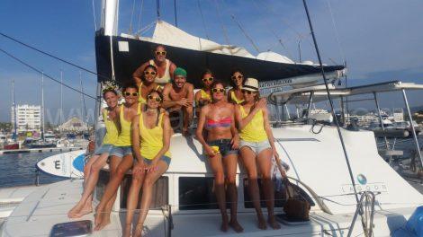 Vrijgezellenfeest van Frans meisje op Ibiza komt aan in de haven