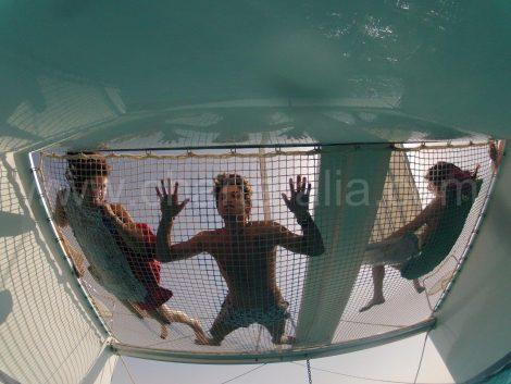 Catamaran netten uit het water