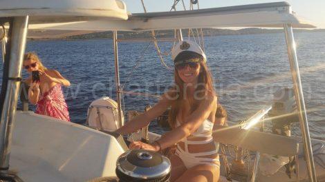 De bruid en kapitein van een dag aan het roer van onze boot