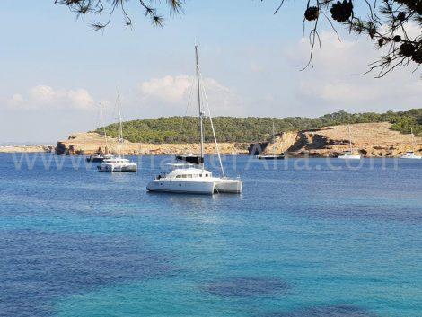 De catamaran Lagoon 380 in het centrum van het strand van CalaBassa op Ibiza