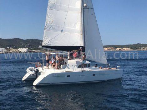 De catamarnan Lagune 380 van 2019 heeft een Zodiac hulpschip