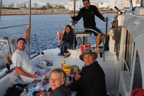 De kapitein heeft het roer van de catamaran