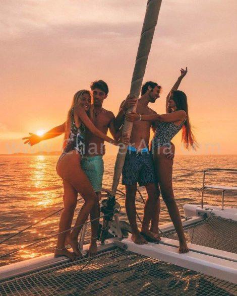 De mooiste zonsondergang vanaf Cafe del Mar en Cafe Mambo aan boord van onze catamaran