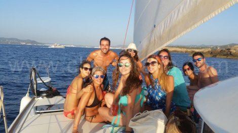 Groep Granada die de boot in juli huurt van San Antonio naar Ibiza