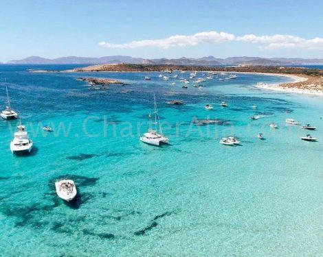 Idyllisch beeld van de lagune 380 met andere motorboten in het zuiden van Ibiza