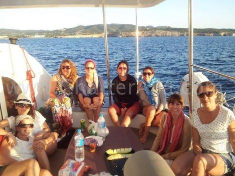 Klanten op het achterterras van de Lagune Formentera Ibiza catamaran