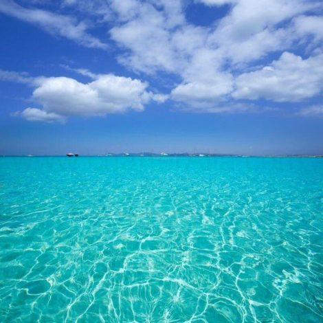 Kristalheldere wateren van het strand van Illetas