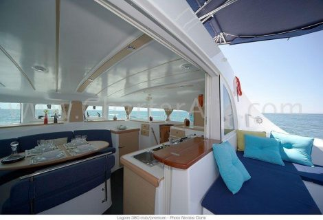 Lounge en terras van de catamaran Lagoon 380 in Ibiza nieuw vanaf 2018