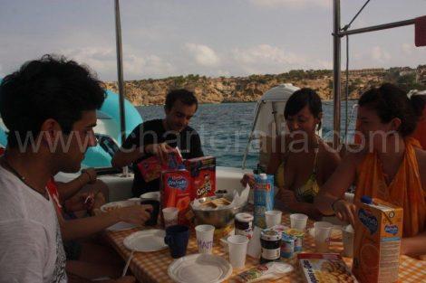 Ontbijt aan boord van onze catamaran op Ibiza en Formentera