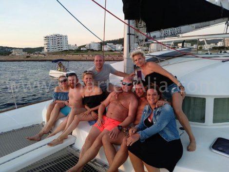 Paren van vrienden die terugkeren naar de haven op onze Lagune 380