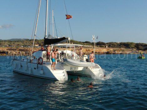 Stern van catamaran lagune 380 met zijn klanten